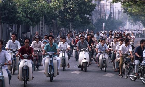 베트남 사람들은 뜨거운 태양 아래서 모터사이클을 주요 운송 수단으로 활용한다. 이 때문에 최근 자외선 차단 의류가 베트남에서 인기를 끌고 있다. [중앙포토]