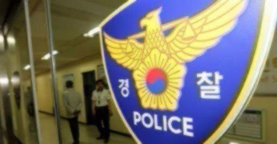 경찰관이 지난 19일 수배자를 체포하던 중 귀를 물어뜯겨 큰 부상을 입고 병원 치료를 받고 있다. [연합뉴스]