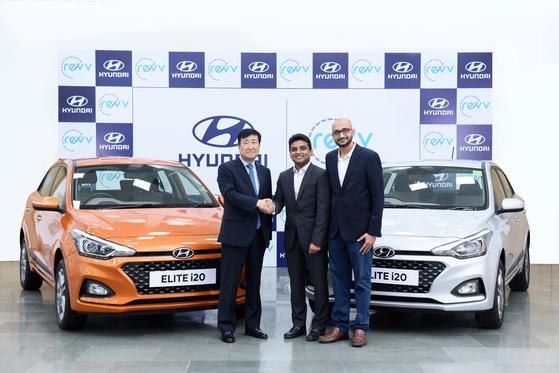 현대차그룹이 20일 인도 2위 차량공유업체인 레브에 전략적 투자를 단행하기로 했다. 구영기(왼쪽) 현대차 인도법인장이 이날 현대차 인도 글로벌 품질센터에서 아누팜 아가왈(가운데), 카란 제인 레브 공동창업자와 악수하고 있다. [사진 현대차그룹]