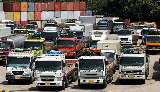 통계청이 발표한 지난 7월 고용동향 자료에 따르면 지난달 취업자 수 증가 폭은 5000명에 그쳐 지난 2010년 1월 이후 최저치를 기록했다. 사진은 19일 서울 서부트럭터미널에 주차된 화물차들. [뉴스1]