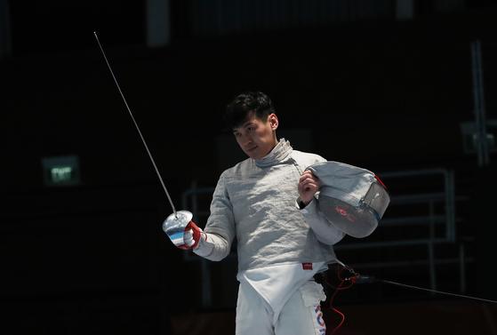 20일(현지시간) 인도네시아 자카르타 컨벤션센터 경기장에서 열린 2018 자카르타-팔렘방 아시안게임 펜싱 남자 사브르 준결승전.   한국 구본길이 홍콩 로우 호 틴을 꺾고 결승에 진출하자 세리머니를 하고 있다. [연합뉴스]