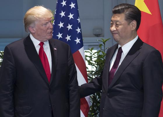 지난달 8일 독일 함부르크에서 열린 주요 20개국(G20) 정상회의 때 도널드 트럼프 미국 대통령(왼쪽)과 시진핑 중국 국가주석이 미·중 정상회담을 하기에 앞서 인사를 나누고 있다. [AP=연합뉴스]