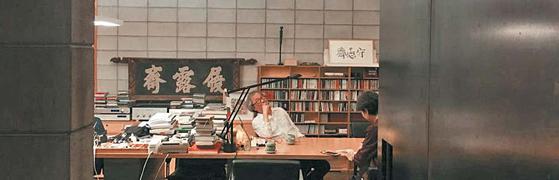 '이로재' 현판을 배경으로 승효상 건축가가 단출한 책상 앞에 앉아 지난 40년 건축 인생을 돌아보고 있다.