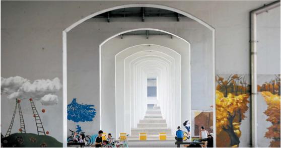 한남대교를 받치고 있는 수십 개의 콘크리트 교각들은 이집트 신전의 돌기둥 못지않은 감동을 준다. 성당이나 절처럼 기도와 명상을 부르는 공간이기도 하다. 김경빈 기자