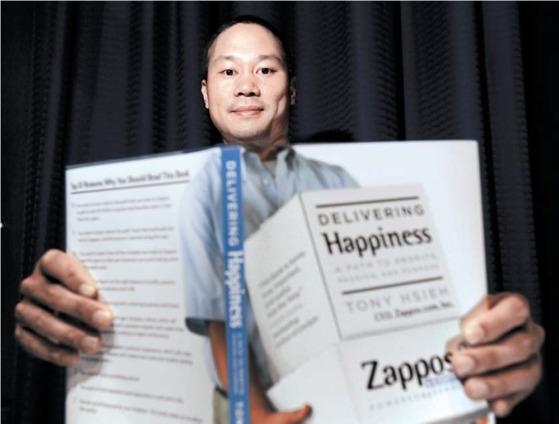 자포스 최고경영자 (CEO)인 토니 셰이는 2010년 자서전 『딜리버링 해피니스』를 출간했다. 셰이는 2009년 아마존에 회사를 12억 달러에매각했다. [중앙포토]
