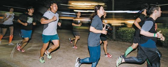 지난달 26일 오후 8시 서울 성동구 서울숲에서 열린 다이나핏런데이 참가자들이 한강변 일대를 함께 달리고 있다. [사진 각 러닝크루]