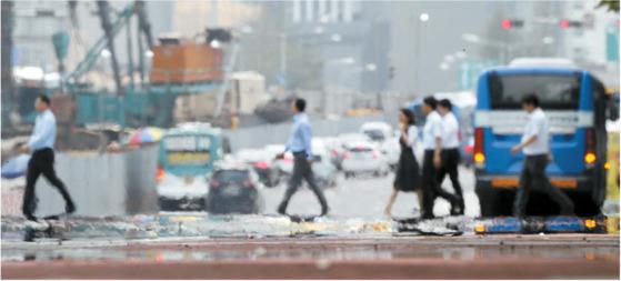 서울 등 전국 대부분 지역에 폭염주의보가 내려진 지난달 19일 오후 시민들이 아지랑이 피어오르는 여의도공원 앞 횡단보도를 건너고 있다. [연합뉴스]