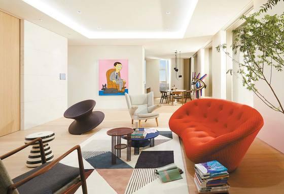 197㎡ 아파트의 거실. 디자이너 로낭과에리완의 빨간 '쁠룸' 소파, 토마스 헤더윅이 디자인한 '스펀' 의자가 조화롭게 배치됐다.