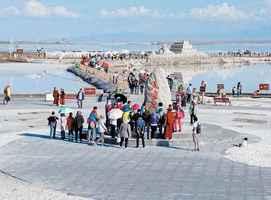 중국의 유우니로 불리는 차카옌호. 절대 오지에 위치한 탓에 서양 관광객들은 눈 씻고 봐도 없다.