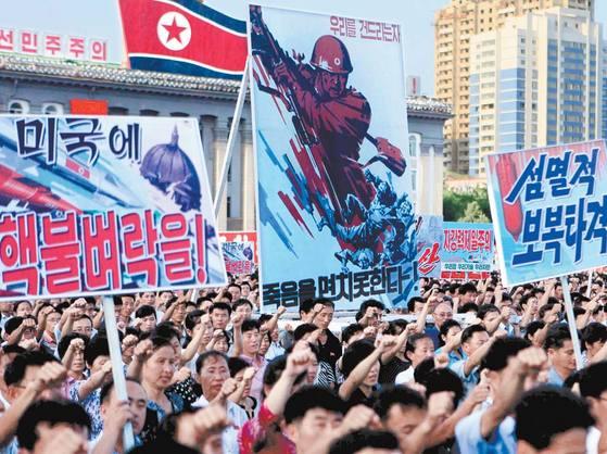 """지난 9일 북한 평양시내 김일성 광장에 10만여 명의 군중이 모여 유엔의 대북제재에 항의하는 시위를 벌이고 있다. 노동신문은 12일 """"유엔 안보리가 대북제재 결의안을 통과시킨 지 사흘 만에 347만여 명이 인민군 입대를 탄원하고 나섰다""""고 주장했다. 북한은 최근 며칠간 전국에서 동시다발적으로 군중집회를 열고 있다."""