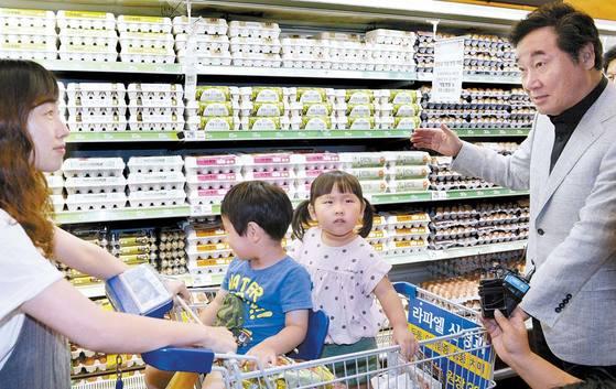 19일 세종정부청사 인근 대형 마트를 찾은 이낙연 총리가 계란 매장 앞에서 장보기에 나선 주부와 대화하고 있다. 프리랜서 김성태