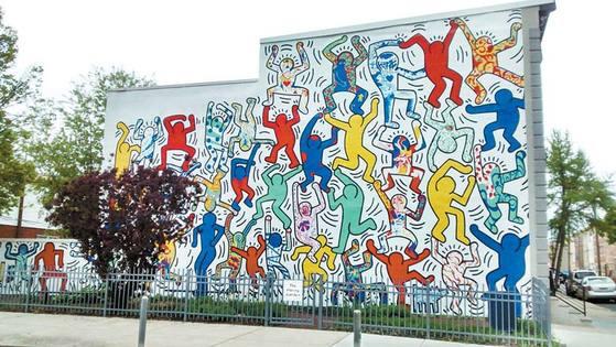 필라델피아 시당국은 키쓰 해링의 '젊은 우리(We The Youth)' 벽화를 두 차례에 걸쳐 복원했다