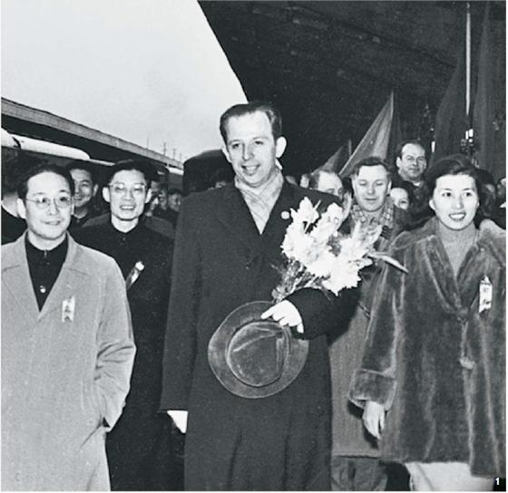 1 상하이 상임부시장 시절, 소련 연예인 대표단을 맞이하는 판한넨. 1952년 11월 27일, 상하이 역플랫폼.