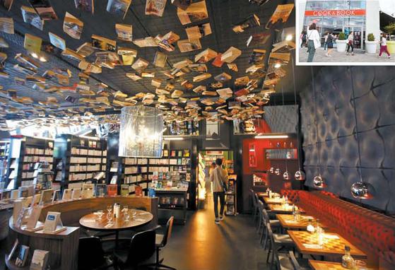 천장에 장식된 책이 마치 새가 날고 있는 느낌을 주는 브뤼셀 '쿡 앤드 북' 서점의 문학코너.