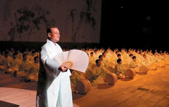 세종문화회관에서 열린 제8회 창신제(2012)에서 크라운해태제과 윤영달 회장과 임직원 100명이 판소리 떼창 '사철가'를 부르고 있다.