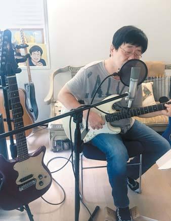 """'노래 인터뷰'라 해도 좋을 만큼 그는 10여 곡의 자작곡을 내리 부르며 """"나 아니면 누가 불러 주겠어"""" 했다. 정재숙 기자"""