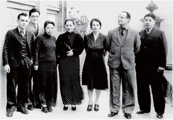 항일전쟁시절, 보위중국동맹을 이끌던 쑹칭링(오른쪽 넷째)과 랴오멍싱(오른쪽 다섯째). 오른쪽 첫째가 훗날 중공 국가 부주석 지명을 앞두고 사망한 랴오멍싱의 오빠 랴오청즈. 1938년 가을 홍콩.