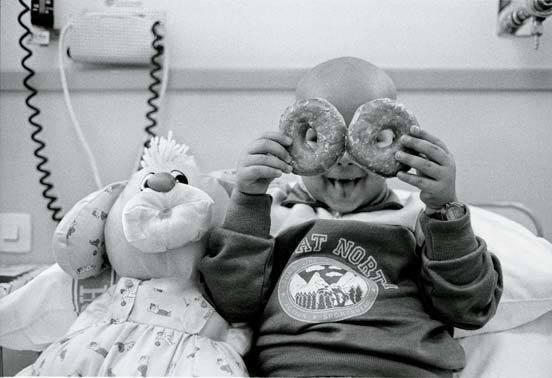 1992년 바르셀로나 한 병원의 소아암 환자들을 촬영한 '미래는 있다(There is a Future)'