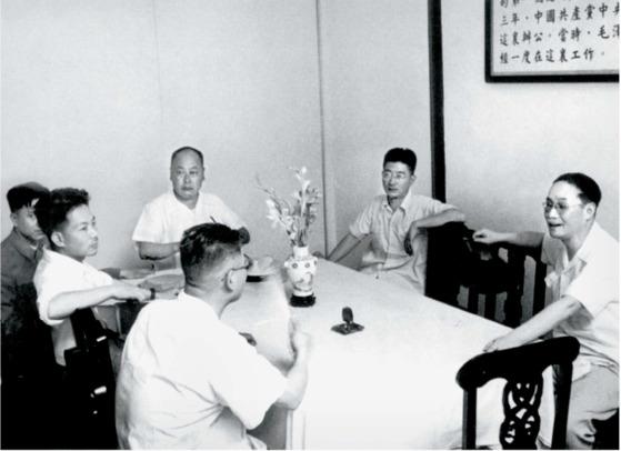 상하이 부시장 시절, 시장 천이(陳毅·오른쪽 셋째) 등과 함께 중공 1차 대회장을 방문한 판한넨(오른쪽 첫째). 1952년 여름 상하이.