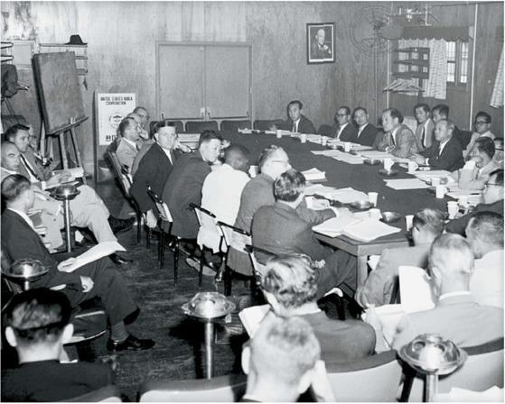 1958년 9월 개최된 한?미합동경제위원회(CEB) 회의. 한국의 경제정책을 평가하는 CEB 회의는 보통 용산 미군기지에서 열렸는데, 이날은 송인상 부흥부장관(테이블 오른쪽의 가운데)과 구용서 상공부장관(오른쪽) 윌리엄 원 경제조정관이 참석했다. [국가기록원]