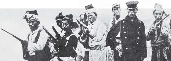 대한제국 창건 전후의 의병은 대부분 고종의 거의(擧義) 밀지를 받고 움직였다. 정규 훈련을 받은 국군과 민군(民軍)이 항일 연합 작전을 펼쳤다. 사진 속 검은 제복을 입은 인물이 국군, 무명옷을 입은 이들은 민군이다. 1906년 무렵 영국 출신 언론인 메킨지가 찍었다. [중앙포토]