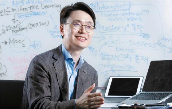 """포스텍 스포츠융합과학연구센터를 이끌고 있는 김영석 교수는 """"스포츠에 열광하는 과학 두뇌들의 열정이 연구의 원동력""""이라고 말했다. 프리랜서 공정식"""