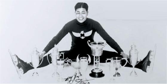 메이지대 4학년이던 1937년, 김정연 선수가 그동안 받은 트로피 앞에서 기념촬영을 했다.[사진 국립체육박물관 추진위]