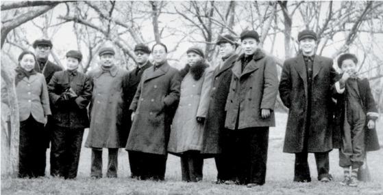 건국 초기 쑹칭링(왼쪽 셋째) 등과 우시(無錫)를 방문, 기념사진을 남긴 판한넨(왼쪽 여섯째). 1950년 겨울, 우시 교외.