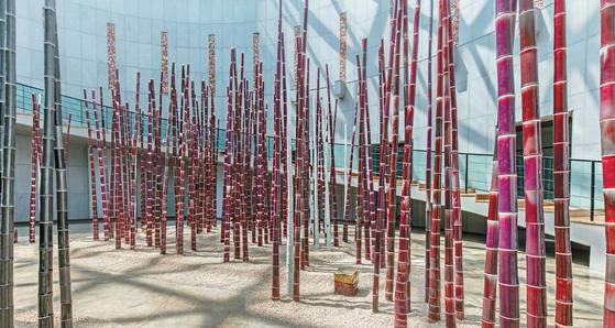 클레이아크김해미술관 중앙홀에 설치된 이승희 작가의 붉고 검은 도자기 대나무숲 '기억'