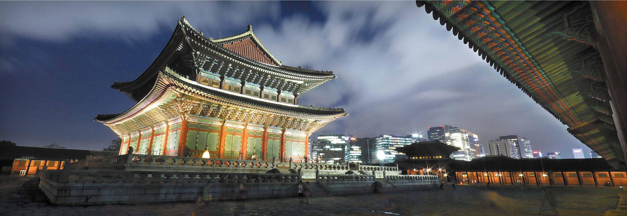 경복궁 근정전과 서울 도심의 모습