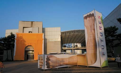 비엔날레전시관 앞에 설치된 박승호의 '디 아크(The Arch)'(왼쪽)와 '프로파간다 그리드(Propaganda Grid)'