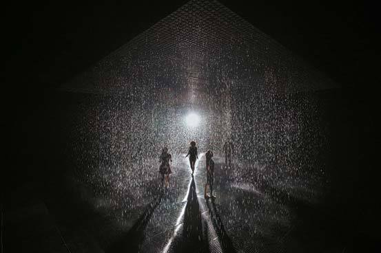 예술과 기술을 접목한 랜덤 인터내셔널의 '레인룸' 전시 모습. Random International, Rain Room(2012) at the Los Angeles County Museum of Art, gift of Restoration Hardware, Rain Room design, ⓒ 2012 Hannes Koch, Florian Ortkrass, and Stuart Wood, photo ⓒ Jan Bitter