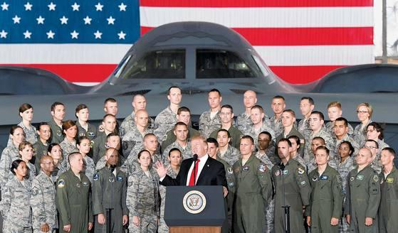 """북한이 중장거리탄도미사일(IRBM) 화성-12형을 발사한 다음 날인 15일(현지시간) 도널드 트럼프 미국 대통령이 워싱턴DC 인근 앤드루스 공군기지 내 B-2 전략폭격기 앞에서 연설하고 있다. 그는 """"미국의 첨단무기가 우리의 적들을 산산조각 낼 것""""이라고 경고했다. [신화=연합뉴스]"""