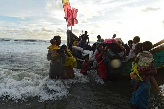 14일 로힝야족 난민들이 미얀마 국경을 넘어 방글라데시로 탈출하고 있다. [AFP=연합뉴스]