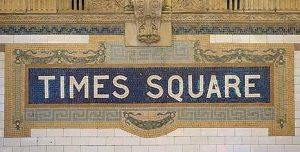 뉴욕 지하철에 남아있는 옛 타일형 사인들. 헬베티카 사인과 비교해 볼 수 있다.