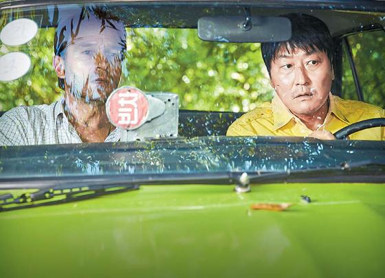 영화 '택시운전사'의 한 장면.