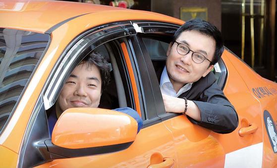 김사복씨의 아들 승필씨가 지난달 26일 서울 소공동 웨스틴조선호텔에서 본지 박민제 기자(왼쪽)가 운행하는 민심 택시에 승차했다. 김경빈 기자