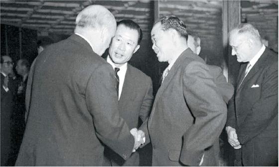 1958년 서울 반도호텔에서 미국 기업인 일행을 맞이하는 김진형 총재(왼쪽 셋째). [사진 국가기록원]