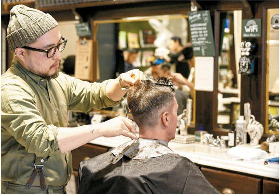바버숍은 이발소처럼 머리를 자르고 면도만 하는 공간이 아니라 남자를 위한 문화 공간이다. [사진 황종현]
