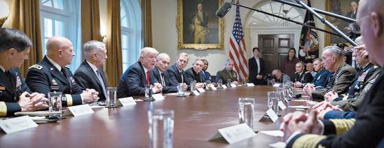 """도널드 트럼프 미국 대통령이 지난 5일(현지시간) 백악관에서 군 수뇌부와 안보 현안을 논의하고 있다. 트럼프 대통령은 """"우리 목표는 북한의 비핵화""""라며 """"여러분이 내게 폭넓은 군사 옵션을 제공하길 기대한다""""고 말했다. 이날 회의에는 제임스 매티스 국방장관과 존 켈리 백악관 비서실장, 허버트 맥매스터 국가안보보좌관, 조셉 던퍼드 합참의장 등이 참석했다. [UPI=연합뉴스]"""
