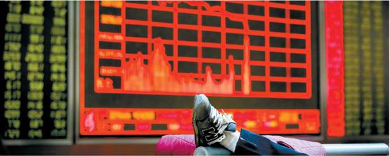 지난 5년간의 시진핑 중국 주석 집권 기간 동안 중국 경제는 30년에 걸친 확장정책의 후유증을 처리하느라 혼란을 겪었다. 상하이 증시가 6.8% 급락한 지난해 1월 4일 베이징의 한 증권사 객장에서 충격에 빠진 투자자가 의자에 발을 올리고 있다. [중앙포토]