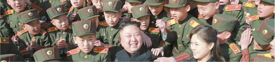 김정은 북한 노동당 위원장이 지난 3월 2일 식수절(한국의 식목일)을 맞아 부인 이설주와 함께 만경대혁명학원을 방문했다. 올해로 창립 70주년을 맞은 이 학원은 항일빨치산, 순직한 고위간부 등의 자녀를 키워 북한의 핵심 인재로 배출했다. [사진 우리민족끼리]