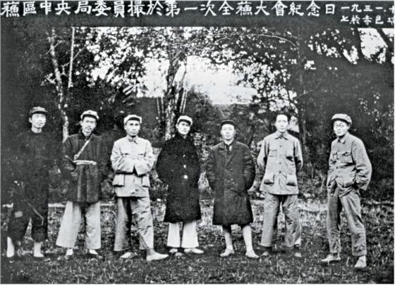 중앙 소비에트 군사위원회 주석 시절, 부주석 마오쩌둥(오른쪽 둘째), 주더(왼쪽 셋째) 등과 함께한 샹잉(오른쪽 셋째). 왼쪽 둘째는 런비스(任弼時). 오른쪽 첫째는 장원텐(張聞天). 1931년 11월, 장시성 루이진(瑞金).