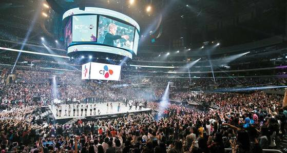 CJ그룹이 6년째 개최하고 있는 KCON은 올해 멕시코시티·도쿄·뉴욕·LA·시드니에서 25만 명의 한류 팬을 만났다. 사진은 LA 스테이플 센터 공연.