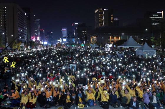 촛불집회 1주년을 기념하는 행사가 28일 서울 광화문 광장에서 열렸다. 김경록 기자