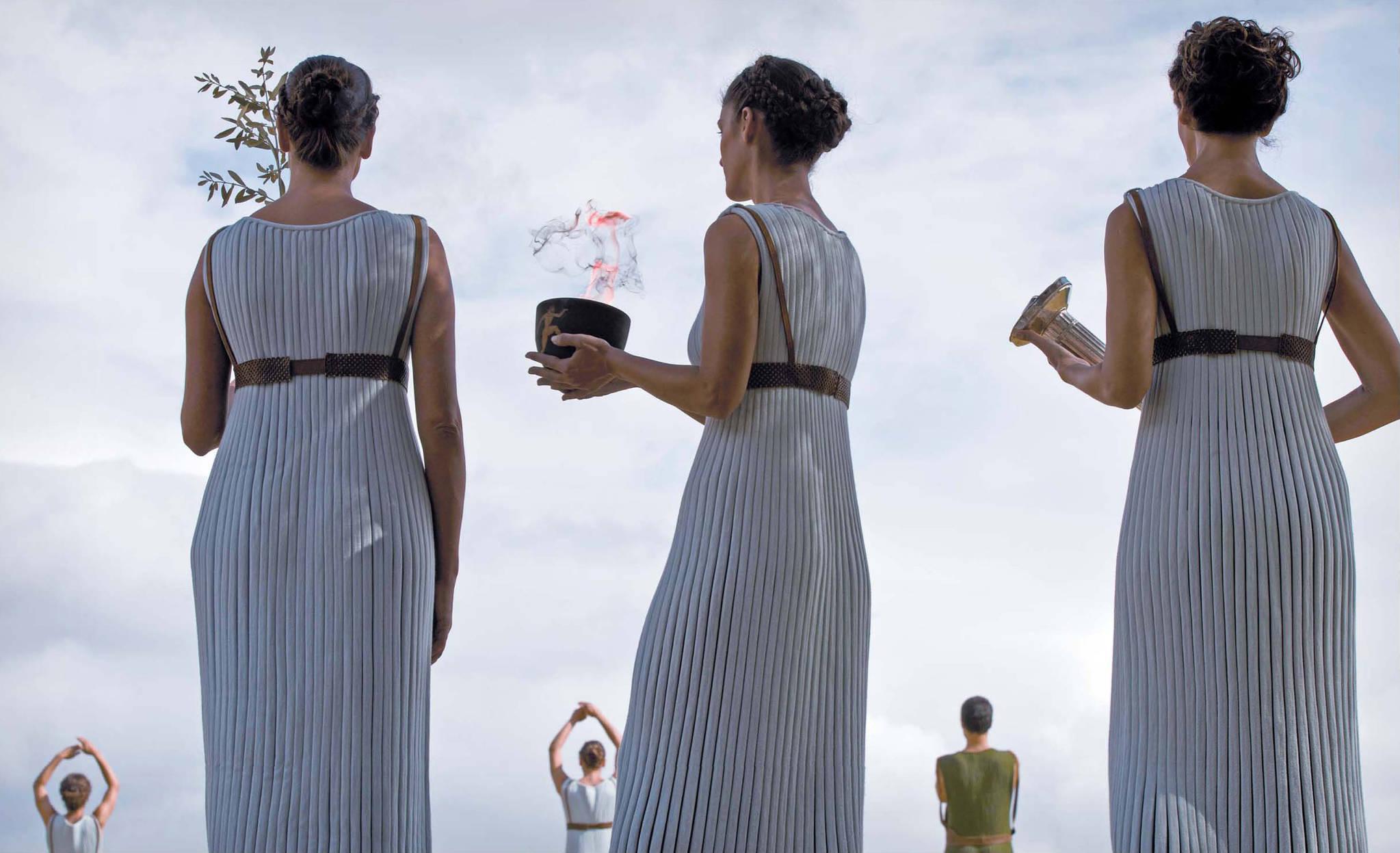 여사제들이 성화가 채화된 뒤 월계수와 성화 불씨, 성화봉을 들고 의식을 지켜보고 있다. [사진=AP, 신화, 연합뉴스]