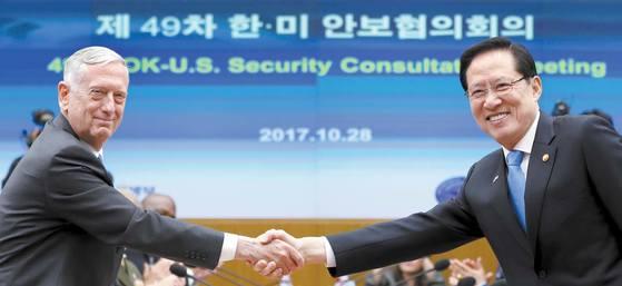 송영무 국방장관(오른쪽)과 제임스 매티스 미국 국방장관이 28일 오전 서울 용산구 국방부 청사에서 열린 제49차 한·미 안보협의회의(SCM)에서 악수를 나누고 있다. 김경록 기자