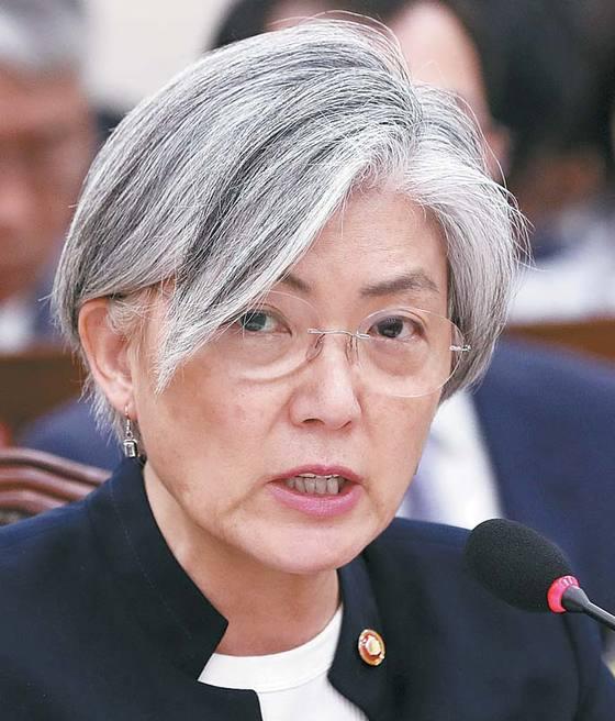 강경화 외교부 장관이 지난달 30일 국회 국정감사에서 의원들 질의에 답하고 있다. [뉴스1]