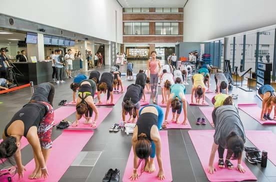 국립현대미술관은 지난 8월 참여형 문화행사 '에코 판타지아'의 일환으로 서울관 로비에서 요가 프로그램을 실시했다. 사진 국립현대미술관