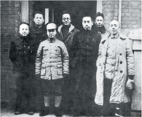 항일전쟁 초기, 저우언라이(앞줄 오른쪽 둘째)와 함께 8로군 연락사무소를 방문한 샹잉(앞줄 오른쪽 첫째). 1938년 가을 후베이성 우한(武漢).